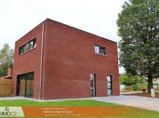 Moderne & energiezuinige nieuwbouwwoning met een bewoonbare oppervlakte van 110 m² bestaande uit: Gelijkvloers: Inkomhall met gastentoilet, L