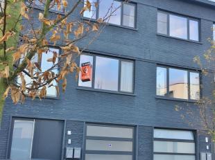 Gezellig appartement op de eerste verdieping, bestaande uit: leefruimte met veel lichtinval en open keuken, badkamer (douche met lavabo), aansluiting