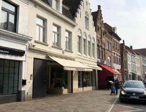 Situation: Beautiful and very characteristic retail unit with unique façade and large frontage. Situated in the Smedenstraat, a local, commerci