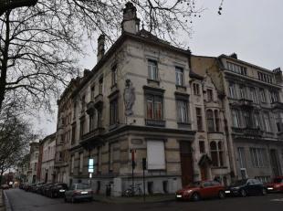 Karaktervol herenhuis te koop in het centrum van Brussel. Deze opbrengsteigendom is opgedeeld in twee delen. De gelijkvloers en eerste verdieping zijn