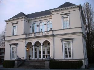 - Uitzonderlijke publicitaire ligging - Gelegen op een zichtlocatie - Zeer standingvol eigendom met kasteel (bewoning + kantoor), handelsruimte en 2 b