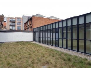Leeftijd gebouw - Nieuwbouw Specifieke kenmerken - Terras - Groen dak - Afzonderlijke inkomhal De commerciële ruimte van 802m² (160m² +