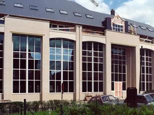 Elegante bouwlijn die de opgaande volumes van de brede ruitopper- vlakken met de horizontale bloemen balkons evenwichting kombineert.