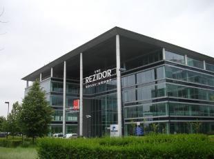 - +/- 12.435 m² kantoren op 0+5 verdieping - Uitstekende zichtbaarheid - Gerenoveerd in 2010 - Pure en hedendaagse architectuur