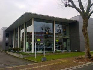 Leeftijd gebouw - Gebouwd in 2003 Specifieke kenmerken Het gebouw bestaat uit een opslagruimte, een showroom, een sanitaire en technishe ruimte op de