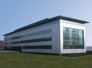 Leeftijd gebouw - Gebouwd in 2003 Specifieke kenmerken - Totaal van +/- 6.606 m² op 0 + 3 verdiepingen - De tuin is ontworpen door de tuinarchite