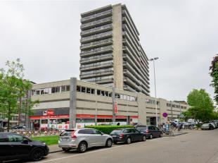 - District: Centrum - Stad: Antwerpen - Gelegen op de hoek van de Generaal Lemanstraat en Karel Oomsstraat. - Gelegen in een levendige omgeving met ta