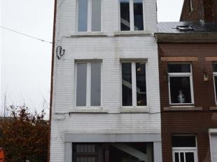 INFOS ET VISITES AU 081/61.68.90 - Située dans le centre-ville de Gembloux, nous vous proposons cette maison composée actuellement dun d