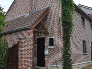 INFOS ET VISITES AU 010/86.08.33 - Charmante maison villageoise comprenant 2 chambres spacieuses (16 et 25 m²) idéalement située da
