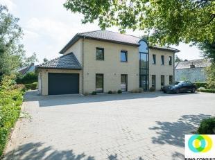 Juste à l'extérieur du centre, vous trouverez cette spacieuse villa (2008), idéale pour une grande famille et/ou pour une combina
