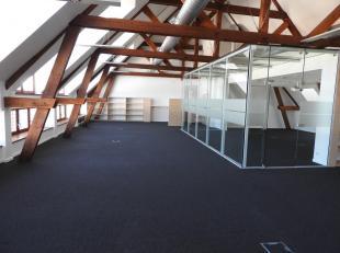 Dans un cadre idéal d'une grande ferme carrée transformée en différents espaces de bureaux de standing (quartier des 4 sap