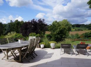 VUE EXCEPTIONNELLE sur la vallée.  Située dans une rue très calme à Rixensart, (Bourgeois), cette villa entièrement