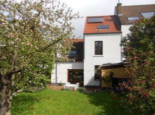 A proximité du centre de Wavre et de toutes ses facilités, grande maison de +/- 180m² sur un beau terrain de 5 ares 40 comprenant :