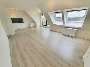In de Koning Boudewijnlaan 52 te Genk bieden we op de vierde verdieping een volledig vernieuwd en instapklaar dakappartement aan. Uniek aan deze charm