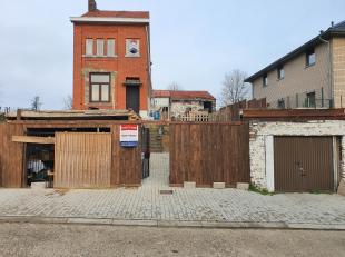 In de Lauwstraat te Tongeren bieden we op huisnummer 66 een te renoveren vrijstaande woning aan met twee overdekte garages, een aansluitende buitenber