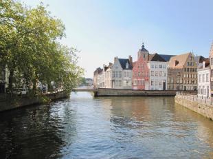 Unieke HERENWONING met DUBBELE GARAGE & STADSKOER op zeer centrale ligging nabij de Spinolarei, het Jan Van Eyckplein, de Burg & de Markt. Dez