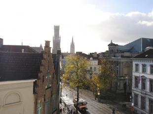 KLASSEVOL (DUPLEX) appartement, verdeeld over 2 volledige verdiepingen, op TOPLIGGING in hartje centrum met UNIEK ZICHT op de TORENS van Brugge. Dit e
