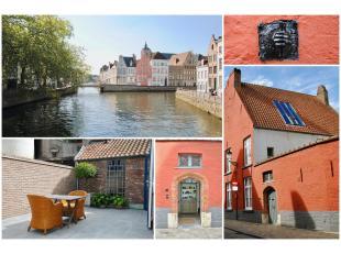 CHARMANT DIEPHUIS met STADSKOER (32 m2) op zeer centrale ligging op enkele stappen van de Burg & de Markt & nabij de Sint-Annarei. Deze RUIME