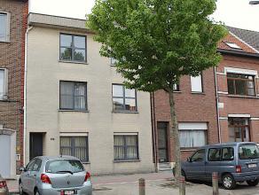 Instapklaar appartement gelegen op de 1ste verdieping in een klein gebouw (slechts 3 appartementen).  Lage algemene onkosten.  Inkomhal met apart toil