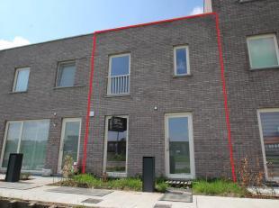 U zoekt een nieuwbouwwoning met 3 slaapkamers? Dan is deze woonst misschien wel wat u zoekt! Op het gelijkvloers is de inkom, toilet, living met open