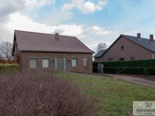 Deze gezinswoning werd gebouwd op een ruim perceel grond en werd oorspronkelijk volledig gelijkvloers ingericht. In het kader van een renovatie werd d