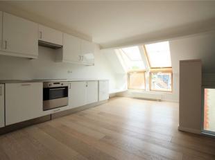 In het hart van de wijk Châtelain, kleine duplex penthouse 1 slaapkamer + kantoor/dressing met een mooie leefruimte met volledig ingerichte Amer