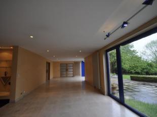 Cette grande maison contemporaine et lumineuse a été construite pour servir d'habitation privée à une grande famille et ac