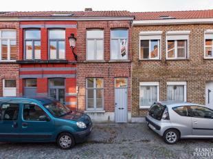 Volledig gerenoveerde woning nabij de Cupure.  Nieuw dak, nieuwe topgevels, spik splinter nieuwe keuken, nieuw schrijnwerk met dubbele beglazing, ...