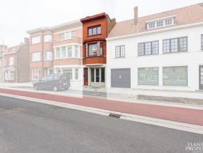 Bel-etage op fietsafstand van de binnenstad, en met een vlotte verbinding naar de E40 en de kust. De woning wordt gekenmerkt door een gezellige woonka