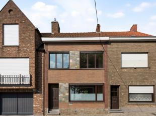 In het centrum van de groene gemeente Bellegem...<br /> Vanuit de inkomhal met trap naar de verdieping, is er toegang tot de lichtrijke leefruimte. De