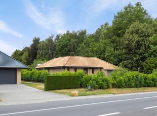 Een woning met extra ruime garage en heel wat mogelijkheden....<br /> Deze gelijkvloerse woning heeft een deftige opfrissing nodig, maar kan omgevormd