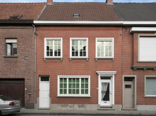 Een goed gelegen eigendom met veel mogelijkheden ...<br /> We komen de woning binnen via de stijlvolle hal met mooie, originele deuren met glasraam en
