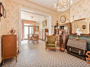 Een goed gelegen te renoveren eigendom met veel mogelijkheden....<br /> Achter deze mooie gevel uit de glorieperiode van het vlas schuilt een ruime wo