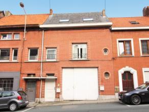 A deux pas de laplace Bosch, entrepôt de +/- 300m2 avec appartement possédant 2 chambres et un grenier aménageable de +/- 50m2. Le