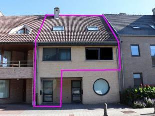 Prachtig duplex appartement met een groot terras.<br /> Midden in het centrum!<br /> Indeling gelijkvloers: privé inkomhal met inbouwkasten.<br