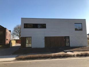 <br /> Prachtige nieuwbouw half open woning met 3 slaapkamers.<br /> Gelegen in een groene omgeving.<br /> Eerste bewoning.<br /> Indeling gelijkvloer