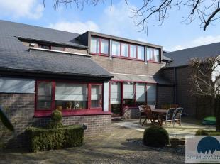 Op wandelafstand van het centrum van Beringen vinden we deze ruime woning op een riant perceel van 37are! Deze perfect onderhouden woning is bereikbaa