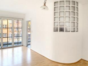 Berchem-Sainte-Agathe: Av. Josse Goffin, au 2e étage d'un immeuble avec ascenseur, studio se composant comme suit: hall d'entrée avec ve