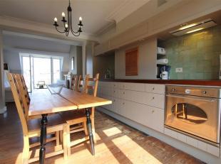 Proximité du Châtelain/Louise , au 2ième étage d'une belle maison bruxelloise , un luxueux appartement meublé de +/-