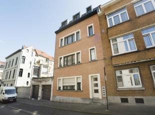 BRUXELLES  Rue Fulton, 6. Dans un petit immeuble bien tenu, lumineux appartement composé dune chambre, d'une salle de bains (Baignoire, lavabo