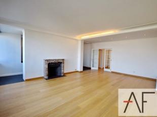 Quartier Place Louise: Charmant appartement lumineux rénové de +/- 105m² composé d'un living de +/- 40m², une cuisine s