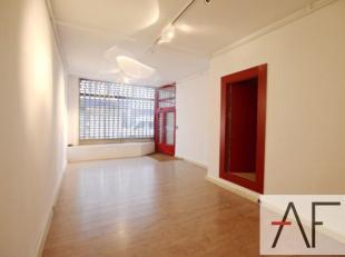 Sablon/Palais de justice: Dans une petite coproprieté sans charges, Rez-de-chaussée commercial avec belle vitrine de +-50m² et 40m&