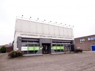Het pand met ruime parking is gelegen langs de Genkersteenweg in Hasselt. Hierdoor geniet men van grote visibiliteit dankzij deze AAA-locatie. Mede do