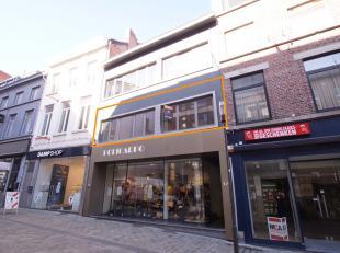 In het centrum van Hasselt, ter hoogte van de botermarkt, kunnen we dit knappe ruime appartement terugvinden!<br /> Het appartement is gelegen op de e