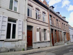 Belle maison de +/- 205 m2, idéalement située en plein centre de Mons, se composant comme suit: REZ: Hall d'entrée, Vestiaire, Sa