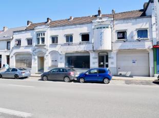 Situé à proximité de toutes les facilités, bel immeuble comprenant 2 APPARTEMENTS + une SURFACE COMMERCIALE + un HANGAR co