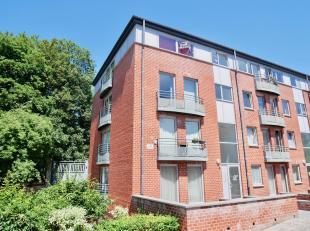 Situé proche de toutes les facilités, bel appartement au troisième étage (AVEC ASCENSEUR) composé comme suit: Hall