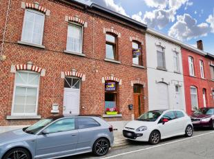 Située proche de toutes les facilités, belle maison se composant comme suit: REZ: Spacieux Séjour (Salon + Salle à Manger)