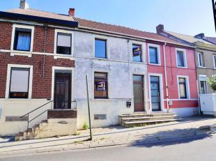Coquette Maison située proche de toutes les facilités, elle se compose comme suit: REZ: Séjour (Salon + Salle à Manger), 1