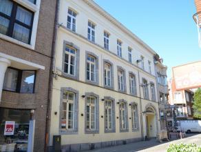 HANDELSGELIJKVLOERS IN HET CENTRUM VAN HASSELT<br /> <br /> Achter een prachtige, opgewaardeerde gevel in het bruisende stadscentrum van Hasselt bevin